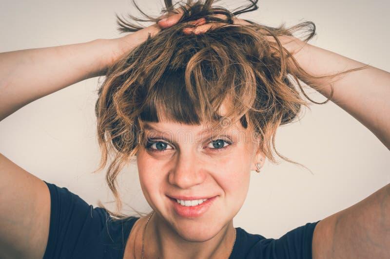 Attraktiv sexig kvinna med hennes händer i hår - retro stil royaltyfri foto