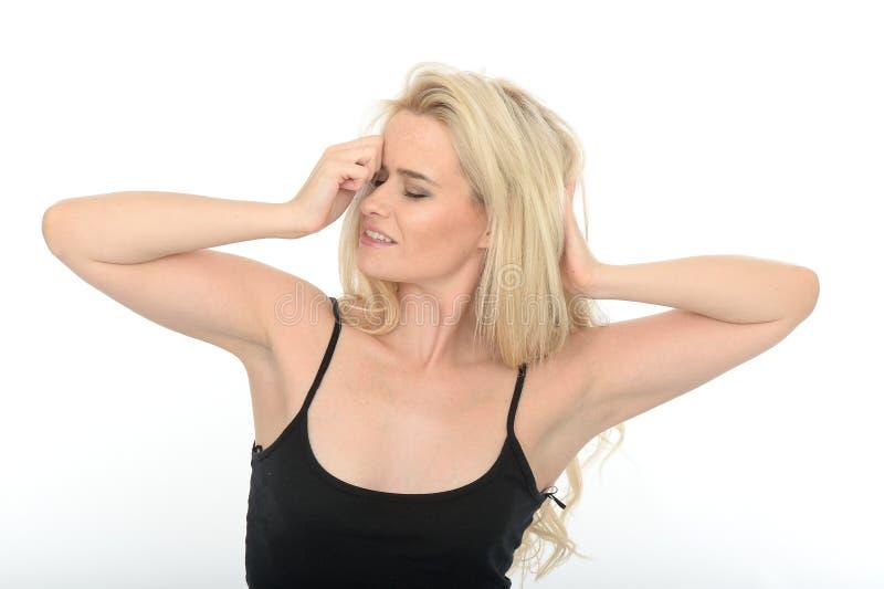 Attraktiv sexig sinnlig ung kvinna som spelar med långt blont hår royaltyfri bild