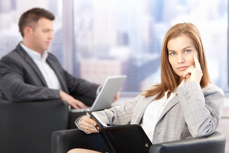 attraktiv sitting för affärskvinnalobbykontor arkivfoto