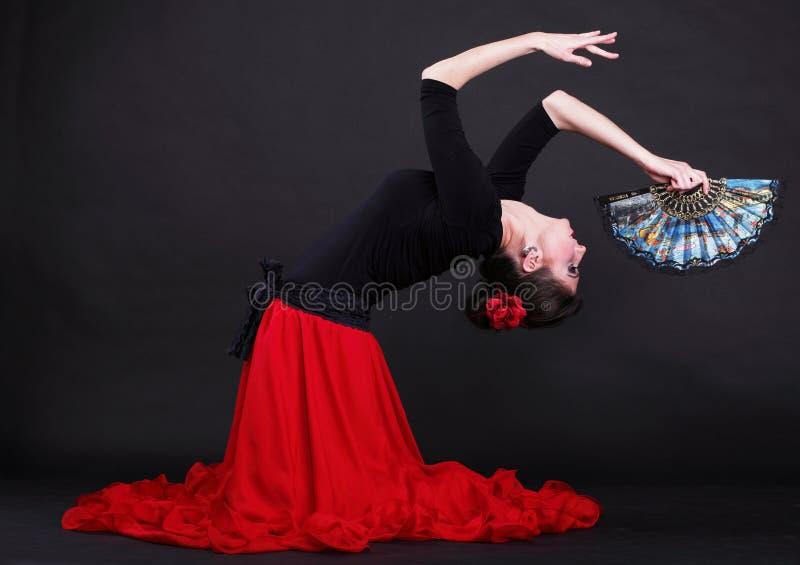Attraktiv spansk ung kvinnadansflamenco över svart backg fotografering för bildbyråer