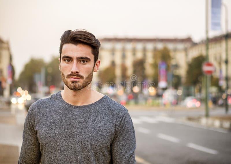 Attraktiv stående för ung man i stadsgata arkivbilder