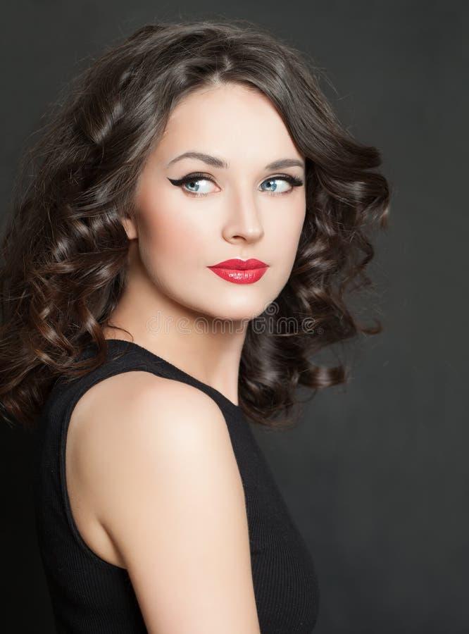 attraktiv st?endekvinna Perfekt modell med makeup och lockigt h?r royaltyfri bild