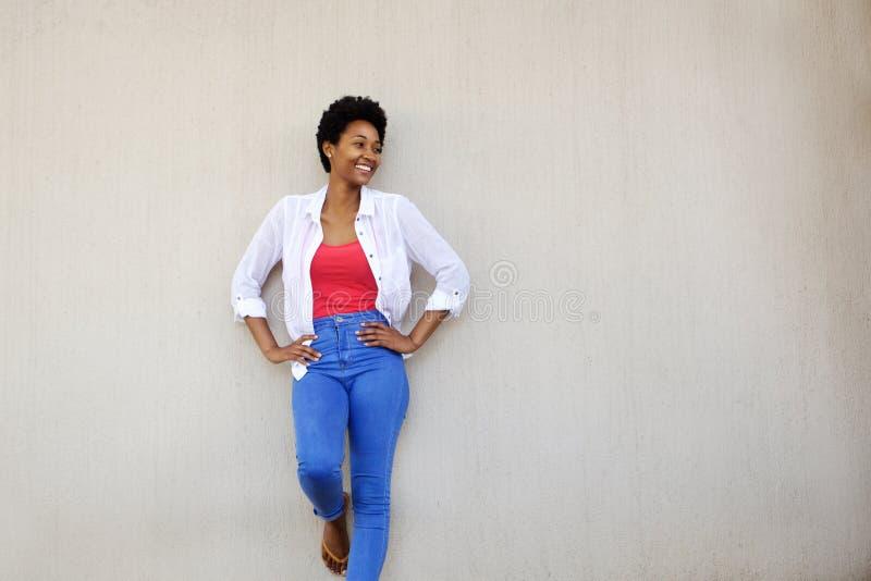 Attraktiv stilfull afrikansk kvinna som ser kopieringsutrymme arkivfoton