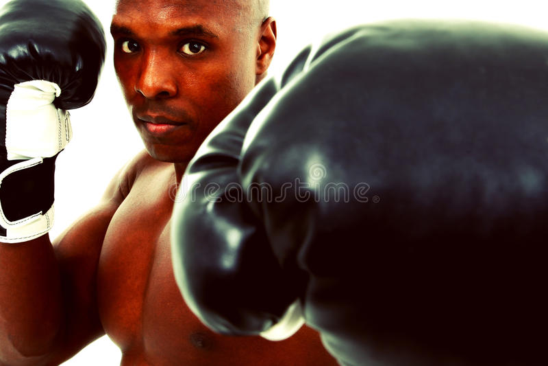 attraktiv svart boxareman över white arkivbild