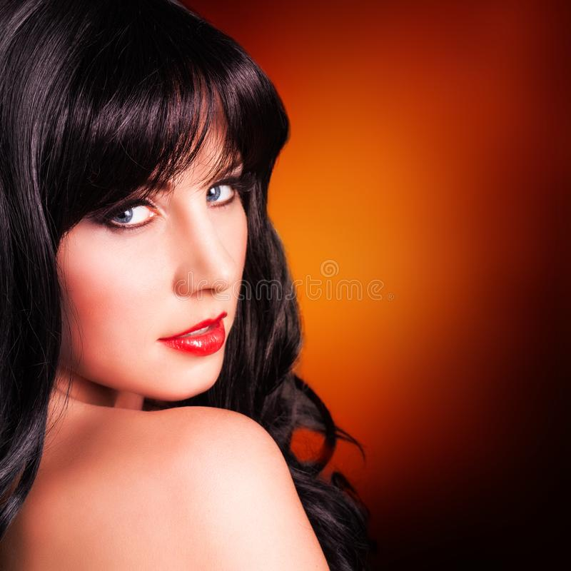 Attraktiv svart haired kvinna fotografering för bildbyråer