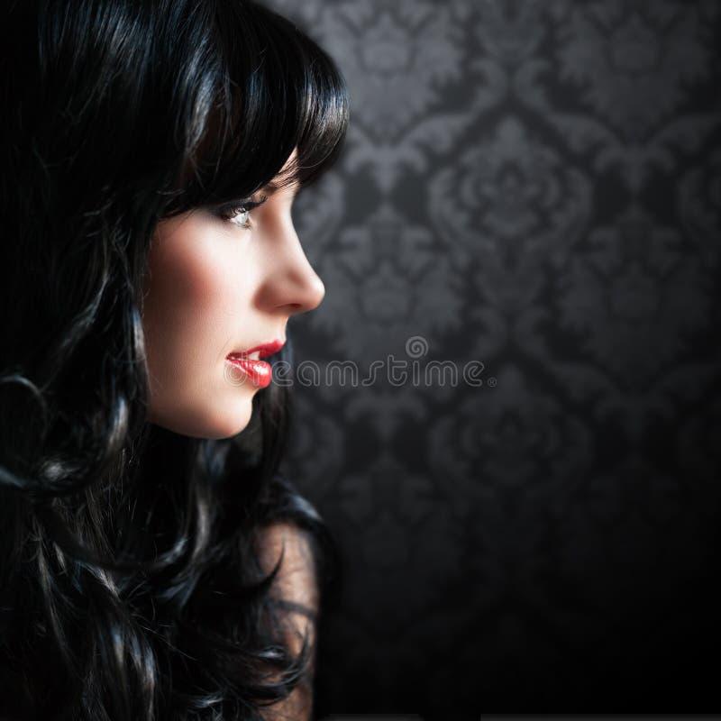 Attraktiv svart haired kvinna royaltyfri fotografi