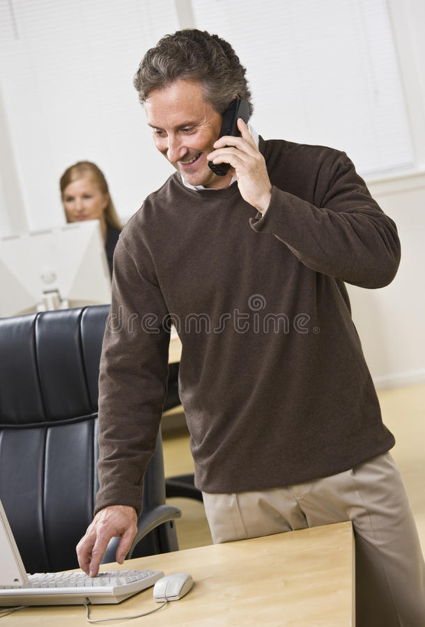 attraktiv telefon för affärsman royaltyfria foton
