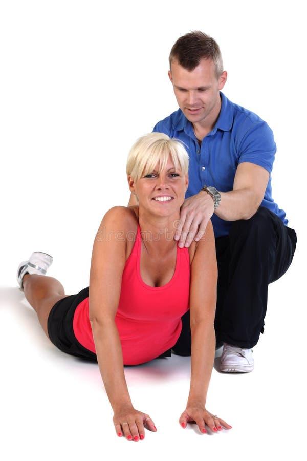 attraktiv tillbaka görande övning som förstärker kvinnan arkivfoton