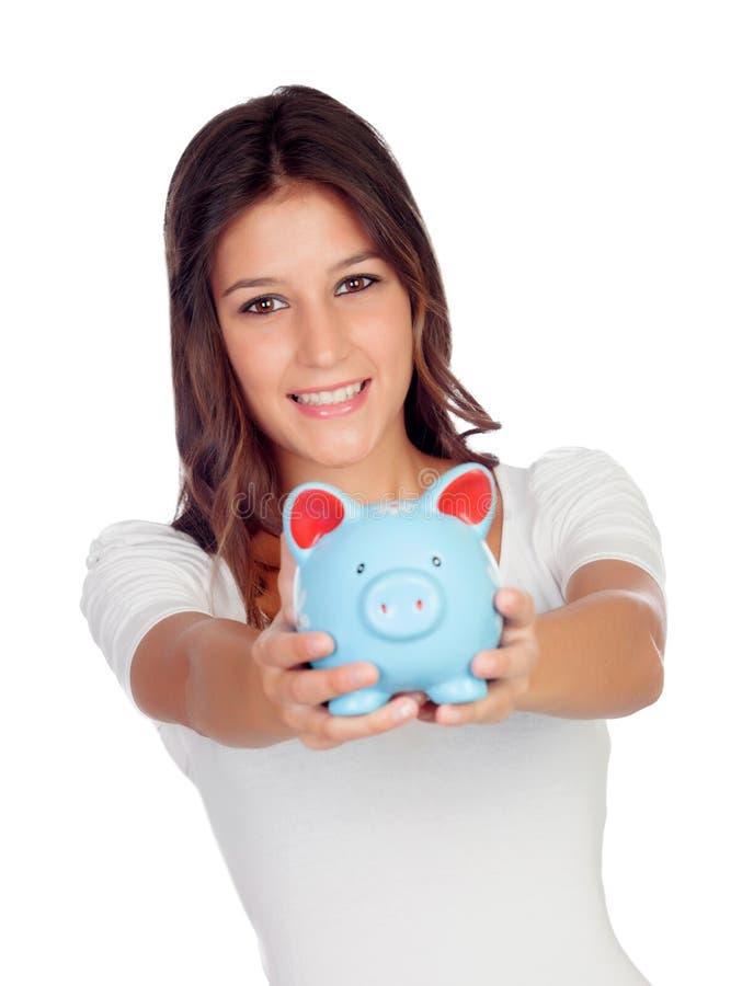 Attraktiv tillfällig flicka med en blå moneybox royaltyfri foto