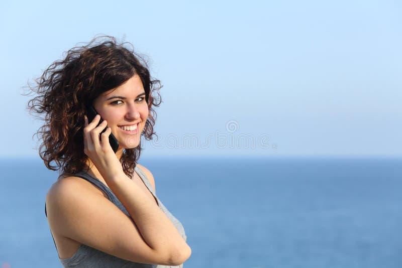 Attraktiv tillfällig kvinna som talar på mobiltelefonen royaltyfria bilder