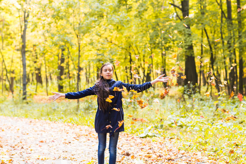 Attraktiv tonårig flicka som kastar sidor i luften royaltyfri bild