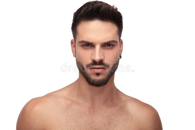 Attraktiv topless grabb med skägget som ser ilsket arkivfoton