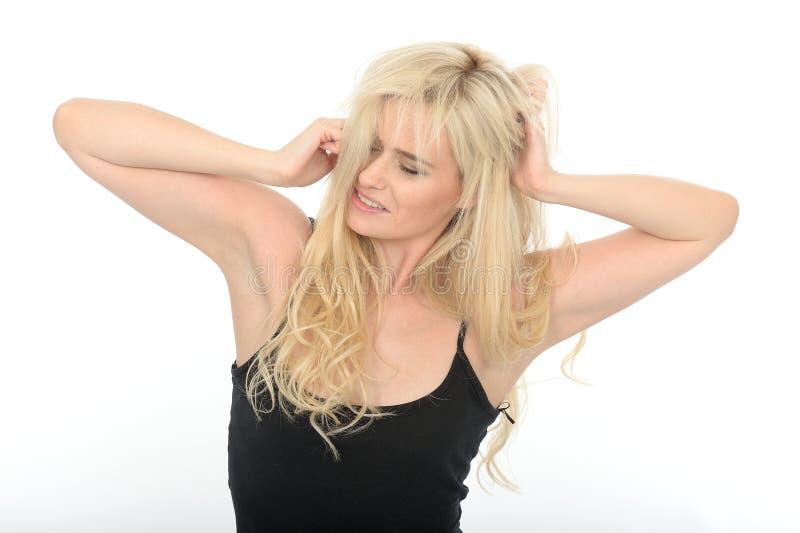 Attraktiv trött naturlig ung kvinna som sträcker med smutsigt hår arkivbilder