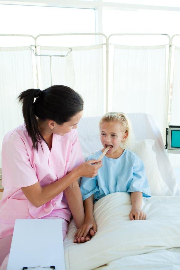 attraktiv undersökande sjuksköterskatålmodig för kvinnlig little arkivfoton