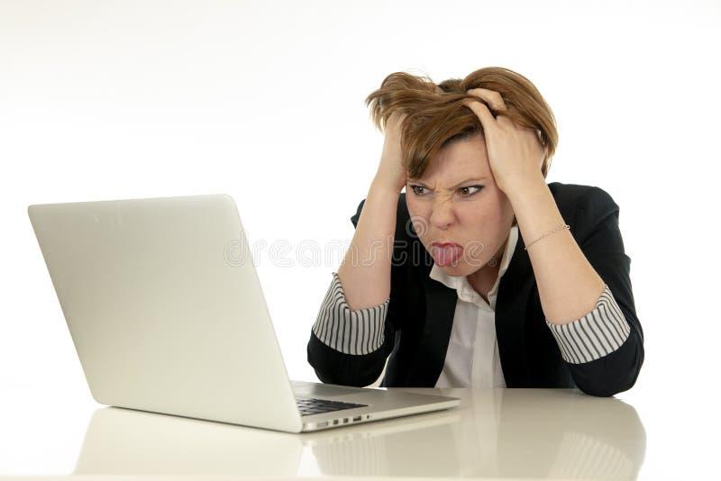 Attraktiv ung affärskvinna som arbetar på stressat ilsket trött för hennes dator och förkrossat arkivfoton