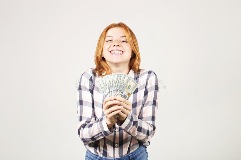 Attraktiv ung affärskvinna som poserar med gruppen av händer för USD kassa som in visar positiva sinnesrörelser och lyckligt ansi arkivbild