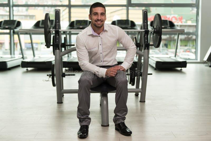 Attraktiv ung affärsmanResting Relaxed In idrottshall fotografering för bildbyråer