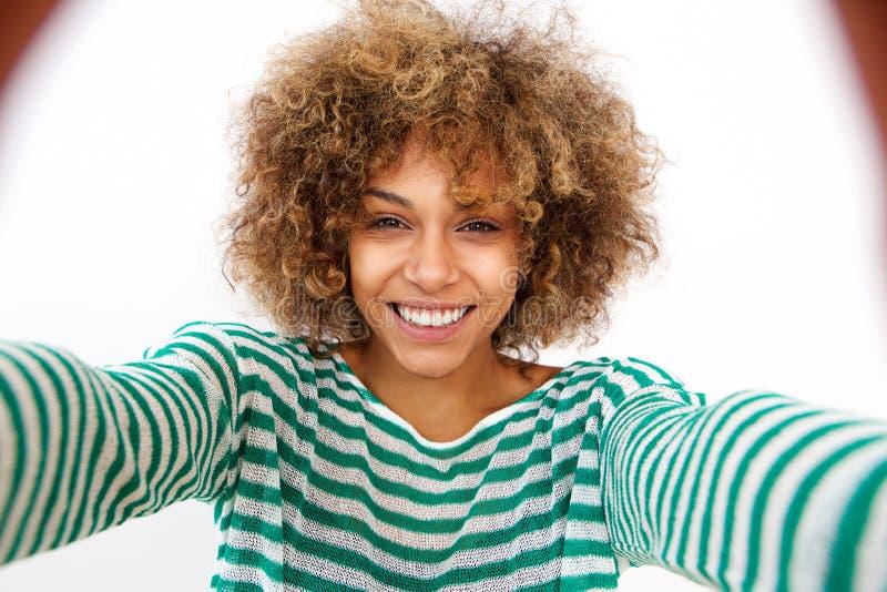 Attraktiv ung afrikansk amerikankvinna som tar selfie royaltyfria foton