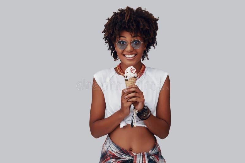 Attraktiv ung afrikansk kvinna royaltyfria foton