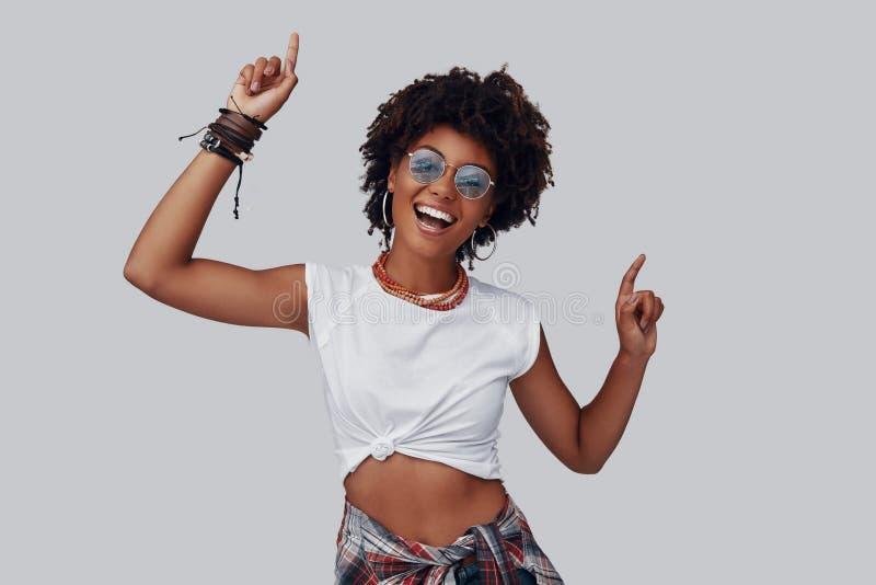 Attraktiv ung afrikansk kvinna royaltyfri bild