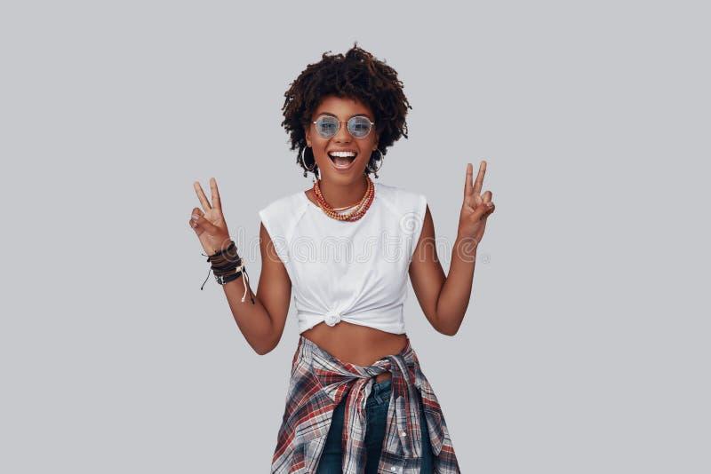 Attraktiv ung afrikansk kvinna royaltyfri foto