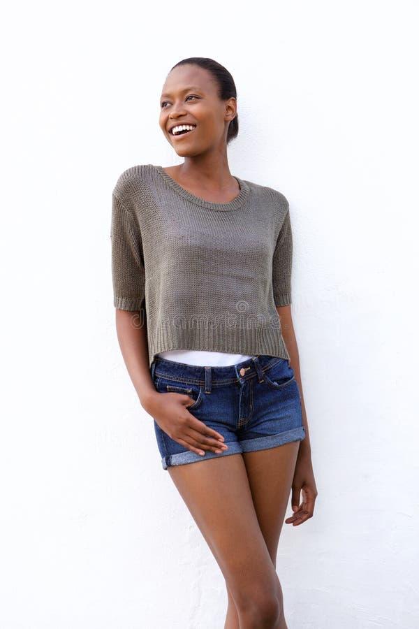 Attraktiv ung afrikansk kvinnlig modemodell royaltyfri fotografi