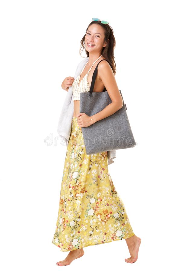 Attraktiv ung asiatisk kvinna för full kropp som går i sommarklänning mot isolerad vit bakgrund royaltyfri bild