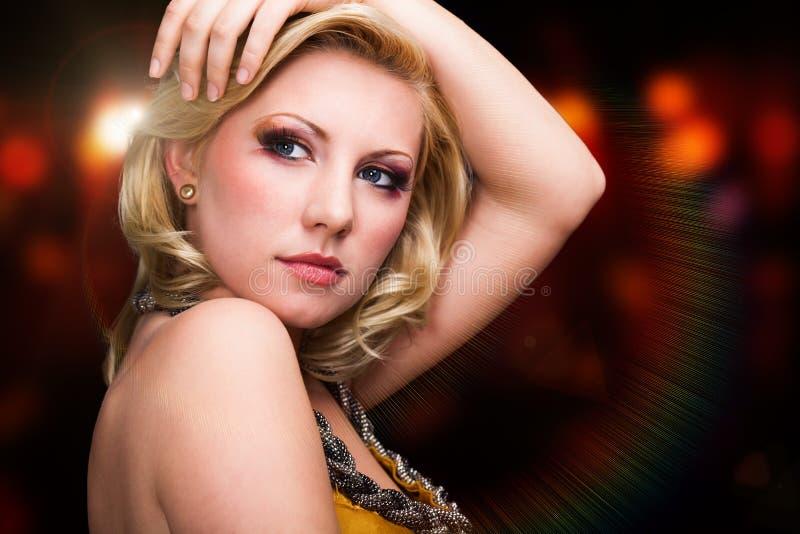 Attraktiv ung blond kvinna framme av en ljus bakgrund arkivbilder