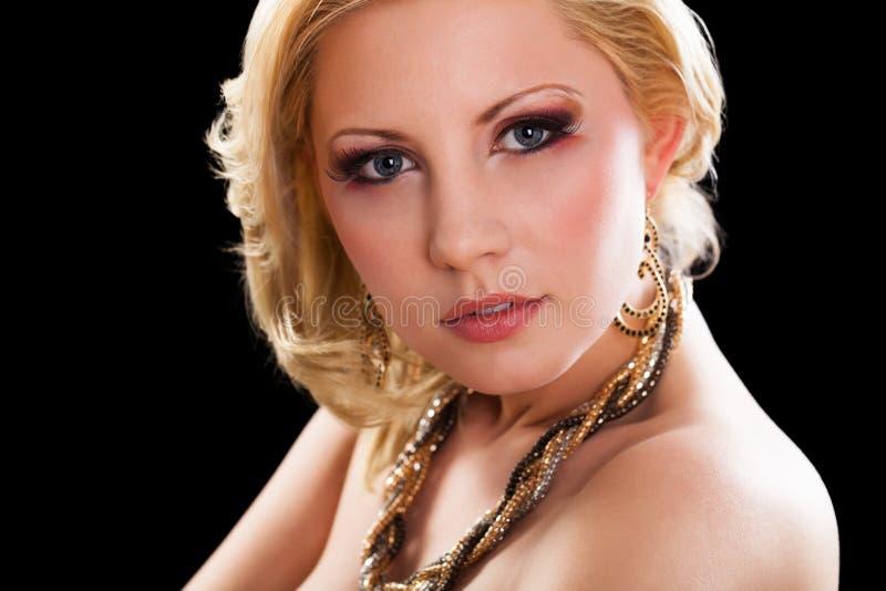Attraktiv ung blond kvinna med glamorös blick royaltyfri fotografi