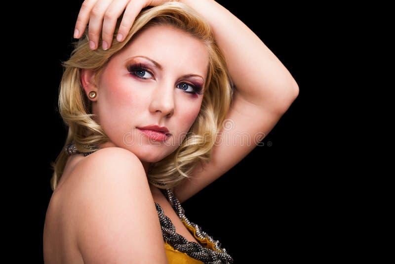 Attraktiv ung blond kvinna med glamorös blick royaltyfri foto