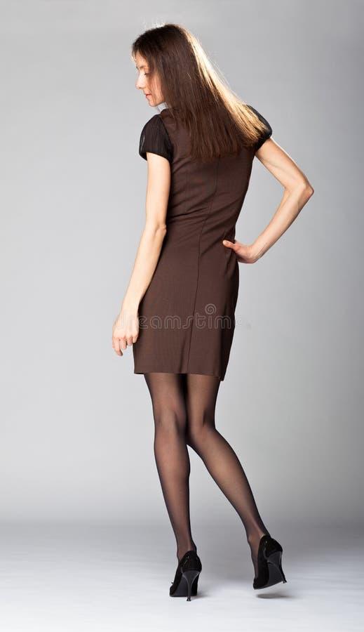 Attraktiv ung brunett; full längdstående arkivbild