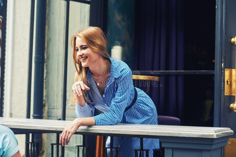 Attraktiv ung flicka i stad Härlig trendig kvinna i sommar utomhus royaltyfria bilder