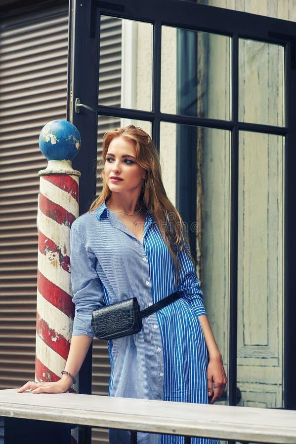 Attraktiv ung flicka i stad Härlig trendig kvinna i sommar utomhus arkivbild