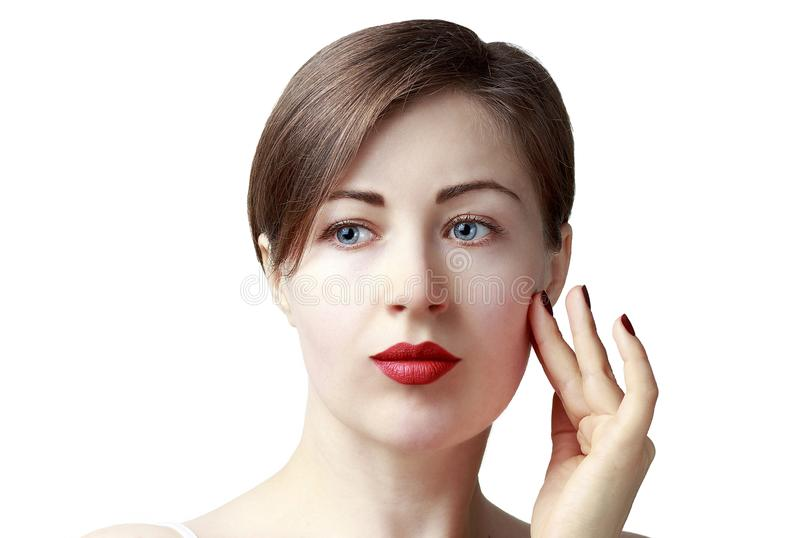 Attraktiv ung flicka med blåa ögon som isoleras på vit bakgrund, begrepp för hudomsorg arkivfoton