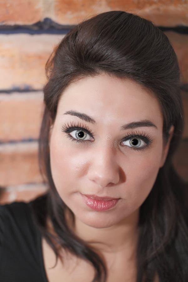 Attraktiv ung kvinna arkivfoton