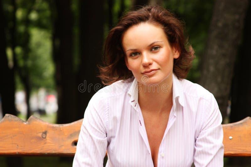 Download Attraktiv ung kvinna fotografering för bildbyråer. Bild av lycka - 37346439