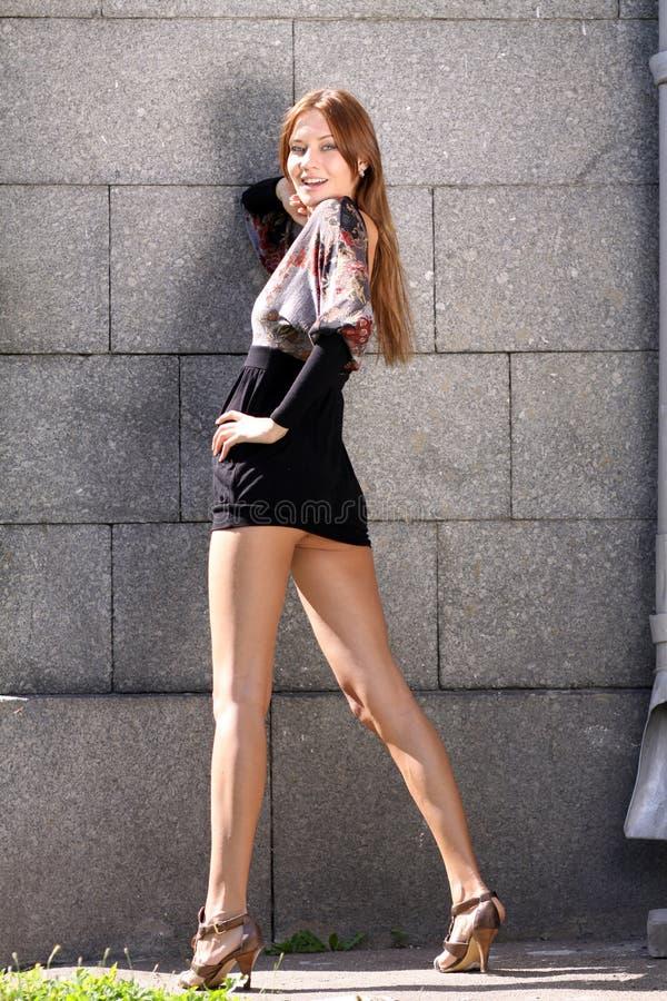Attraktiv ung kvinna i en sexuell klänning royaltyfria foton