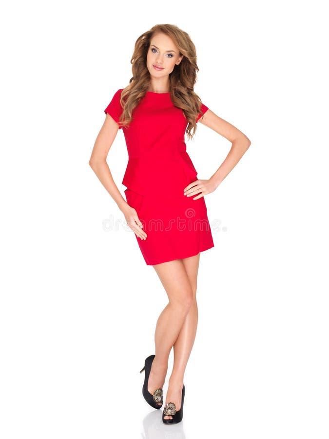 Attraktiv ung kvinna i enkelt rött mode royaltyfri foto