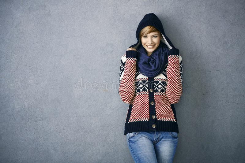 Attraktiv ung kvinna i nordisk tröja fotografering för bildbyråer