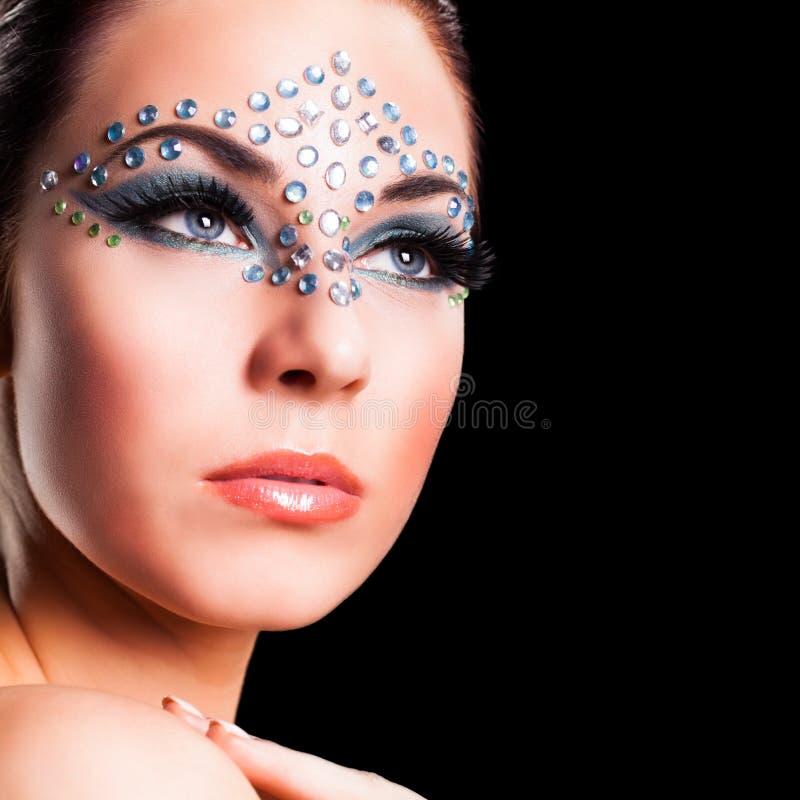 Attraktiv ung kvinna med att utforma för strasssten royaltyfri foto