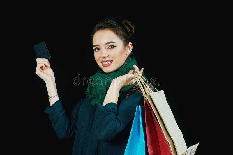 Attraktiv ung kvinna med den shoppingpåsar och kreditkorten arkivfoton