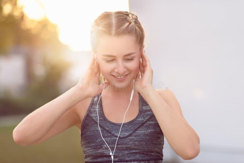 Attraktiv ung kvinna med ett älskvärt leende fotografering för bildbyråer