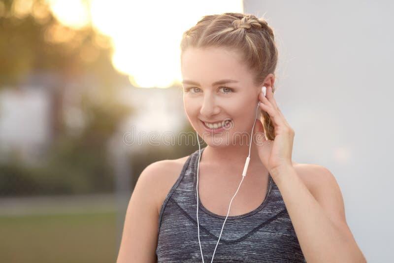 Attraktiv ung kvinna med ett älskvärt leende royaltyfria foton