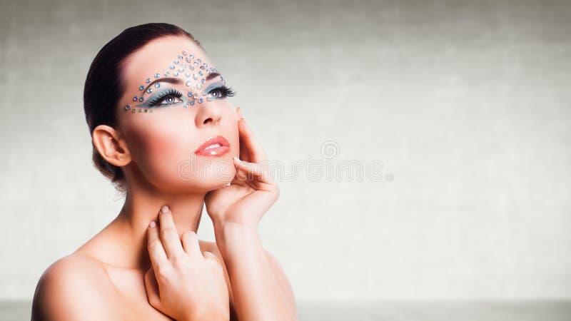 Attraktiv ung kvinna med glam smink fotografering för bildbyråer