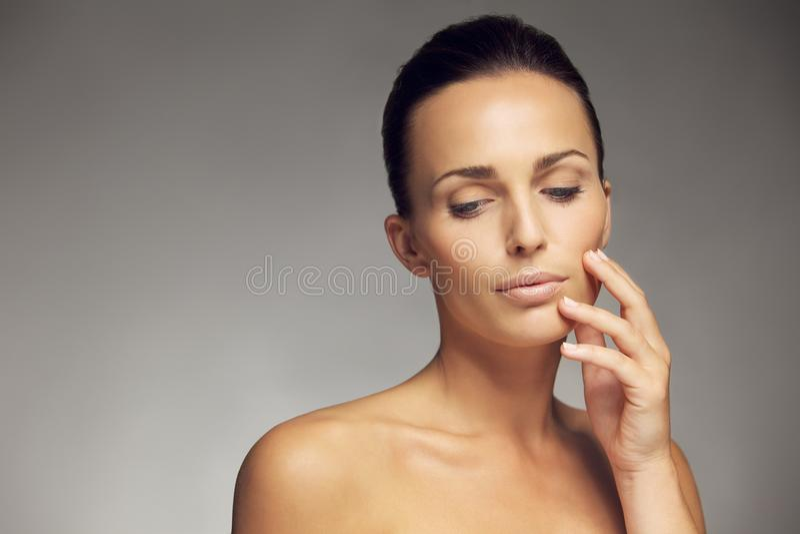 Attraktiv ung kvinna med härlig hud arkivbild