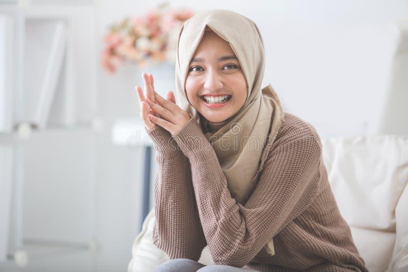 Attraktiv ung kvinna med head le för halsduk royaltyfri foto