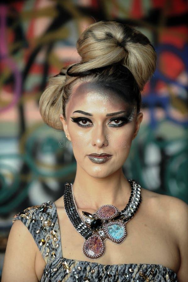 Attraktiv ung kvinna med idérikt glamoursmink arkivfoto