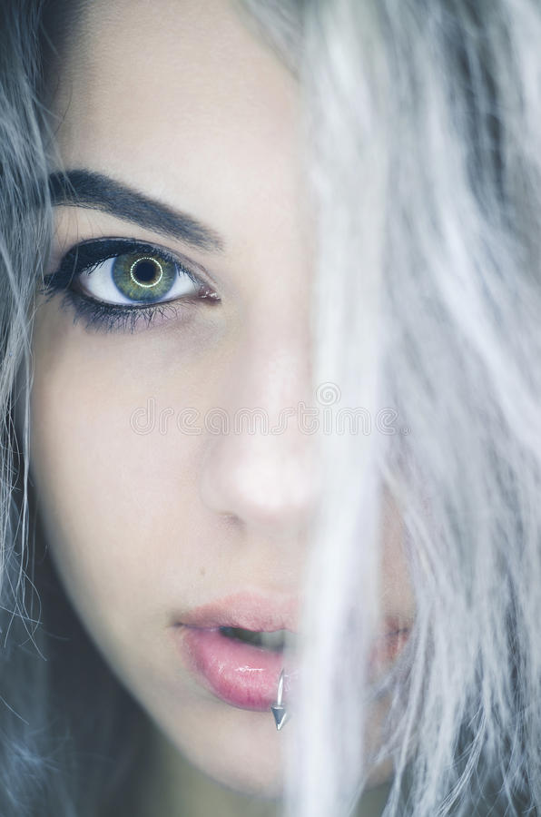 Attraktiv ung kvinna med kantpiercing och grå färghår fotografering för bildbyråer