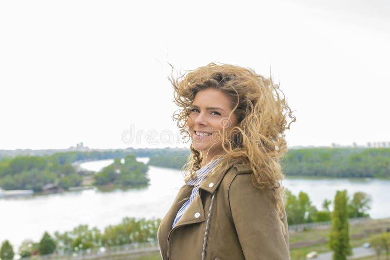 Attraktiv ung kvinna nära floden arkivbild