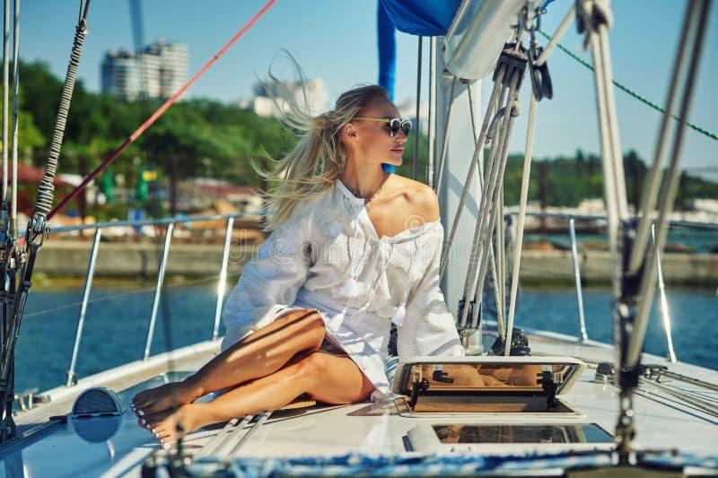 Attraktiv ung kvinna på en yacht på en sommardag royaltyfri fotografi